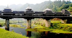 """A lo largo de los siglos, el pueblo dong ha alcanzado gran notoriedad en la construcción de puentes para salvar los numerosos ríos de estas regiones del sur de China. Estos puentes cuentan con galerías y pagodas que ofrecen refugio en los días lluviosos, por lo que los lugareños han elegido un hermoso nombre para denominar este tipo de estructuras, """"los puentes de #viento y #lluvia"""", siendo el #puente de #Chengyang el más famoso de todos ellos."""