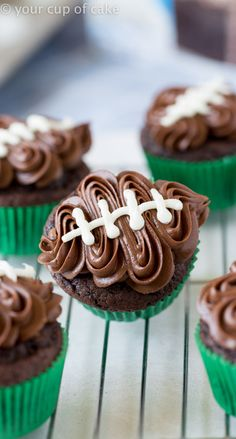Easy Football Cupcakes with a video to show you how to decorate! Easy Football Cupcakes with a video to show you how to decorate! Gateau Iga, Cupcake Recipes, Dessert Recipes, Super Bowl Essen, Tailgate Food, Tailgating Ideas, Super Bowl Party, Super Bowl Dessert Ideas, Muffins