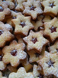 Butterplätzchen - Weihnachtsplätzchen, ein schönes Rezept aus der Kategorie Kekse & Plätzchen. Bewertungen: 313. Durchschnitt: Ø 4,4. No Bake Treats, Gingerbread Cookies, Muffins, Food And Drink, Cupcakes, Sweets, Baking, Desserts, Christmas