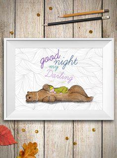 Questa è una stampa con un dolce orso che abbraccia un bambino che si sta per addormentare, perfetta per decorare la camera del tuo bambino e