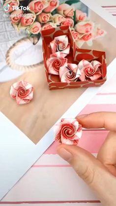 Cool Paper Crafts, Newspaper Crafts, Fun Diy Crafts, Creative Crafts, Paper Flower Patterns, Paper Flowers Craft, Origami Flowers, Paper Crafts Origami, Origami Art