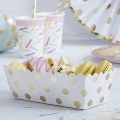 Diese weißen Schälchen mit Punkten in schimmerndem Gold sind perfekt für Süßigkeiten und andere Snacks bei der Hochzeit! Mit den süßen Polka Dots sind sie nicht nur praktisch, sondern auch ein echter Hingucker auf dem Hochzeitsbuffet. Besonders schön sieht es aus, wenn sie mit passendem Partygeschirr kombiniert werden.