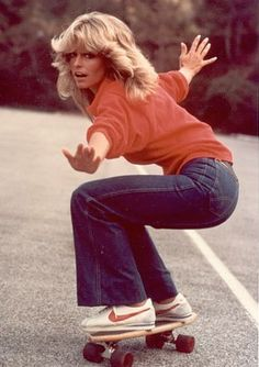 Wear a red sweatshirt with flare jeans and Nike sneakers for a Farrah Fawcett costume. 70s Fashion, Vintage Fashion, Womens Fashion, Fashion Trends, 60s Hippie Fashion, 80s Fashion Icons, Fashion Decor, Vogue Fashion, Trendy Fashion