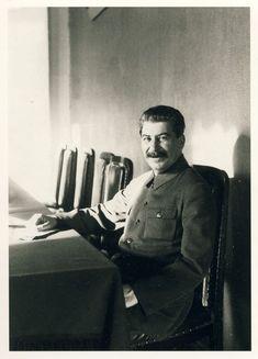 Communist Propaganda, Propaganda Art, Iconic Photos, Rare Photos, History Photos, Art History, Iraqi Army, Joseph Stalin, Real Politics