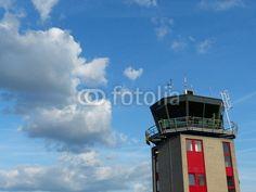 Dramatische Wolkenbildung über dem Tower des Flugplatz Oerlinghausen bei Bielefeld im Teutoburger Wald in Ostwestfalen-Lippe