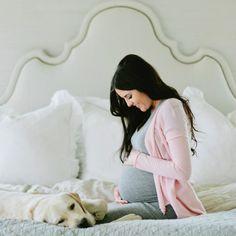 Séance photo de grossesse : douceur et cocooning à la maison