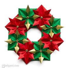 Origami Christmas Wreath Units: 8 Paper ratio: square Assembled with: glue Paper size: 15 cm Model size: ~20 cm Paper: Double-sided origami paper, painted with gold paint Diagram: Tutorial on MartaOrigamis blog (Portuguese)