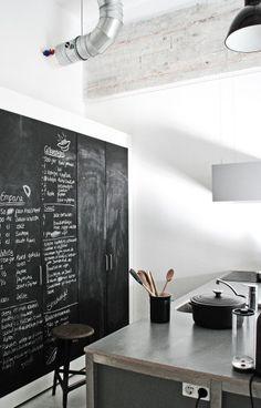 Le loft de Jason Hering – un projet mis en œuvre par le studio Renee Arns Stylist & Interior Designer à Eindhoven, Pays-Bas. Cet ancien grenier de 87 mètres carrés est un bâtiment industr…