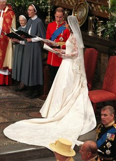 The Duke and Duchess of Cambridge - Prince William and Kate Middleton - The Royal Wedding April 2011 Royal Wedding Gowns, Black Wedding Dresses, Royal Weddings, Yellow Weddings, Romantic Weddings, Kate Und William, Prince William And Catherine, Prince Andrew, Prince Philip