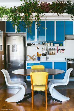 02-decoracao-apartamento-cozinha-integrada-azul-prateleira-plantas