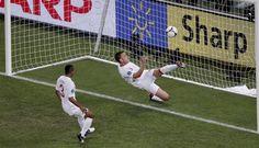 En esta jugada u ocacion se puede observar a este jugador el cual se lanza con desespero al balón para no dejar que sea gol , el otro jugador solo esta a la espera de lo que va a suceder .