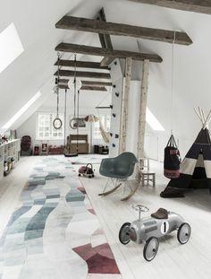 idee deco chambre enfant avec des poutres en bois gris espace pour jouer aux indiens