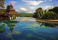 PAZ À VISTA  No Anantara Golden Triangle Resort, na Tailândia, a piscina tem tulipas desenhadas pelo revestimento. Como fica em um ponto alto, oferece vista para Laos e a Birmânia. Casa e Jardim