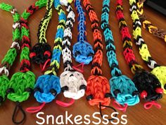 Boy snakes - Rainbow Loom no pattern-just pic Rainbow Loom Party, Rainbow Loom Bands, Rainbow Loom Charms, Rainbow Loom Bracelets, Loom Love, Fun Loom, Rubber Band Crafts, Rubber Bands, Loom Bands Tutorial