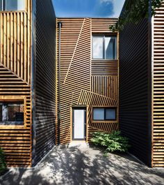 Best Ideas For Modern House Design & Architecture : – Picture : – Description When Pominchuk Architects were designing these townhouses in Kharkiv, Ukraine, they decided to use wooden strips arranged in a geometric design to create a unique facade. Modern Architecture House, Facade Architecture, Residential Architecture, Modern House Design, Amazing Architecture, Modern Houses, Terraced House, Wooden Facade, Oahu