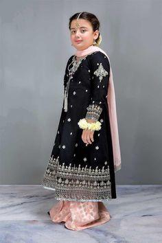 Girls Fall Outfits, Dresses Kids Girl, Doll Dresses, Baby Outfits, Pakistani Kids Dresses, Pakistani Dress Design, Kids Party Wear, Kids Wear, Sindhi Dress
