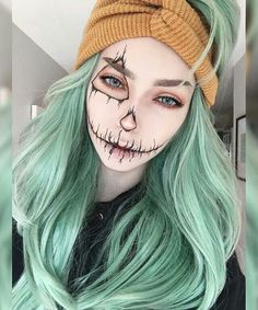 Are you looking for inspiration for your Halloween make-up? Check out the post right here for scary Halloween makeup looks. Halloween Inspo, Halloween Makeup Looks, Halloween Cosplay, Halloween Halloween, Halloween Pumpkin Makeup, Facepaint Halloween, Halloween Costumes Scarecrow, Scarecrow Makeup, Pumpkin Costume