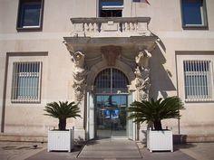 Hôtel de ville, Toulon.  Pavillon d'honneur, Carré du Port, Toulon, Var. Atlantes sculptés par Pierre Puget. Copie à la Cité de l'architecture et du patrimoine, Palais de Chaillot, Paris.