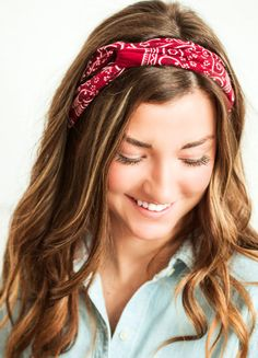 Bandannas Are Back: Best Ways To Style A Bandanna Thick Headbands, Bandana Headbands, Summer Hairstyles, Easy Hairstyles, First Date Hair, How To Tie Bandana, New Hair Trends, Twist Headband, Bad Hair Day