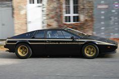 """Lotus Esprit """"John Player Special"""": Der auf 100 Einheiten limitierte Keil ist eine Legende. Colin Chapmans Meisterwerk Esprit ist ein Supersportwagen par excellence. Superflach, superleicht, Heckmotor. Garniert mit der John Player Spezial Kriegsbemalung, die an Lotus´Erfolge in der Formel 1 erinnern sollten, fand er zur Topform. Oft kopert, nie erreicht."""