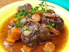 Marinování   Dejte maso do středně velké mísy, přidejte víno, olivový olej, citronovou šťávu, česnek a koření. Smíchejte dohromady a nechte...
