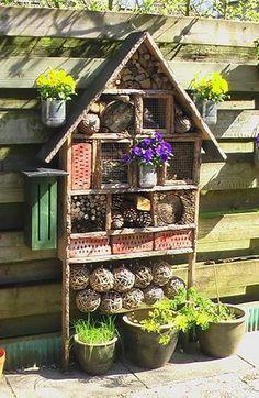 Bekijk de foto van vlokka met als titel Insectenhotel, met heel veel woon en slaapplaats voor diverse insecten. en andere inspirerende plaatjes op Welke.nl.