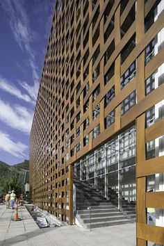 Aspen Art Museum facade by Shigeru Ban Architects Aspen, Shigeru Ban, Wood Architecture, Japanese Architecture, Museum Architecture, Interesting Buildings, Amazing Buildings, Timber Buildings, Modern Buildings
