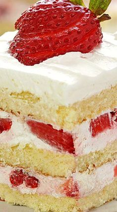 This STRAWBERRY SHORTCAKE PIE is the ultimate Summer sweet treat! Layers of strawberries, cream, and pound cake make for an easy strawberry shortcake recipe that is sure to please. Strawberry Shortcake Recipes, Strawberry Cake Recipes, Shortcake Recipe Easy, Strawberry Whipped Cream Cake, Strawberry Tart, Vanilla Cake With Strawberries, Dessert Simple, Köstliche Desserts, Summer Desserts