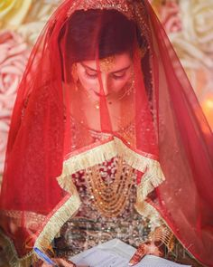 Bridal Dupatta, Bridal Mehndi Dresses, Bridal Dress Design, Bridal Style, Aiza Khan Wedding, Wedding Bride, Wedding Stuff, Nikah Ceremony, Bridal Makeup Looks