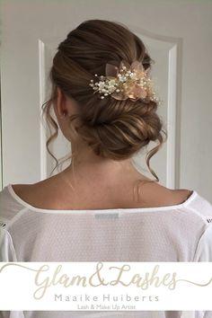 Prachtig bruidskapsel, laagopgestoken met 3D texture.   Ben jij nog opzoek naar een bruidsstylist voor je bruidskapsel en bruidsmake-up? Neem dan contact met mij op via de link voor beschikbaarheid  #bruidskapsel #laagopgestoken #bruidsmakeup #texture #haaraccessoires  #bruiloft #bohemian #bohoupdo Wedding Prep, Wedding Updo, Boho Wedding, Wedding Hairstyles, Dream Wedding, How To Draw Hair, How To Make, Bohemian Bride, Bridesmaid Hair