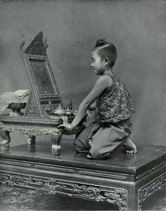 A Mirror (1890) : คันฉ่อง เป็นคำเรียกเครื่องใช้เป็นแผ่นกลมทำด้วยโลหะขัดจนเป็นเงา ใช้ส่องหน้าเช่นเดียวกับกระจกซึ่งในปัจจุบันทำด้วยแก้ว คำว่า กระจกเป็นคำที่รับมาจากภาษาเขมรว่า กญฺจก่ (อ่านว่าก็อญ-จ็อก). คันฉ่อง มักมีด้ามสำหรับถือ. คันฉ่อง ประกอบด้วยคำว่า คัน กับ ฉ่อง. คัน คือ ด้ามของวัสดุสำหรับถือ. ฉ่อง เป็นคำเดียวกับคำว่า ส่อง. ต่อมาคำว่า คันฉ่อง ใช้เรียกกระจกส่องหน้าแบบหนึ่งที่ตั้งบนโต๊ะเครื่องแป้ง เป็นกระจกที่มีขอบไม้โดยรอบ. ตรงกลางขอบด้านตั้งทั้งสองข้างเจาะรูสอดไม้เป็นเดือย…