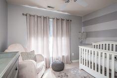 graue Wandfarbe und rose Satin Vorhänge