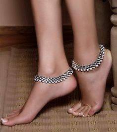 Anklet Best anklet jewellery designs - Loved the anklet patterns and anklet jewelry designs? Don't leave those ankles bare. Wear trendy and latest anklet designs and make heads turn. Silver Payal, Silver Anklets, Silver Jewelry, Gold Jewellery, Silver Ring, Ankle Jewelry, Ankle Bracelets, Indian Accessories, Fashion Accessories