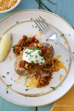 Easy baked potato  stuffed with turkey chili, cheese and topped with fresh chives – a quick, family friendly weeknight meal.