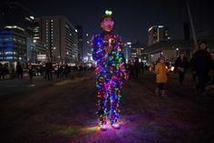 Seoul, Korea anti-valitsuse protestija seljas valgustatud kostüüm võtab rallist
