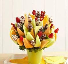 Composizione floreale con la frutta