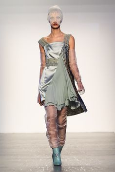 """Per una donna di classe e sofistica Viola Ambree propone un elegante mini dress con spalline, nella tonalità del verde salvia. L'abito è impreziosito da un ricamo sul punto vita, capace di esaltare la silhuotte e da un particolare dettaglio """"plissettato"""" sul davanti che crea movimento all'abito."""