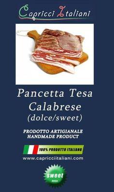 La Pancetta Tesa Calabrese dolce è preparata con la parte della pancia del maiale con cotenna. Cosparsa di sale, peperoncino dolce e pepe nero, spruzzata di vino e stagionata oltre 90 giorni. Ingredienti: Carne di maiale locale o nazionale, aromi naturali, sale, destrosio e conservanti E250 ed E252. Conservata sotto vuoto e ha un peso di circa 430 grammi.