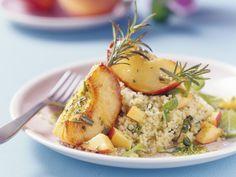 Gebratene Pfirsiche mit Rosmarin dazu Couscous | Kalorien: 446 Kcal - Zeit: 30 Min. | Hier geht`s zum Rezept: http://eatsmarter.de/rezepte/gebratene-pfirsiche-mit-rosmarin-dazu-couscous