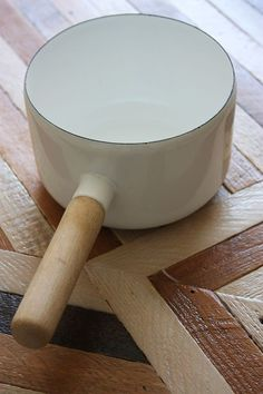 I love the simple clean design of this Vintage Arabia Finel Pot.