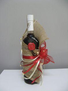 10 Strikingly Great Ideas That'll Help in Wrapping Wine Bottles Wine Bottle Gift, Wine Bottle Crafts, Wine Gifts, Wine Bottle Wrapping, Cute Christmas Gifts, Christmas Gift Wrapping, Creative Gift Wrapping, Wrapping Ideas, Wrapping Gifts