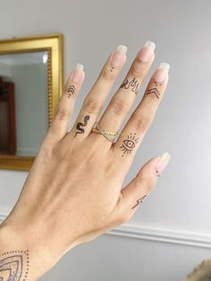Hand And Finger Tattoos, Simple Hand Tattoos, Finger Tattoo For Women, Finger Tattoo Designs, Simplistic Tattoos, Dainty Tattoos, Henna Tattoo Designs, Henna Tattoo Hand, Pretty Tattoos