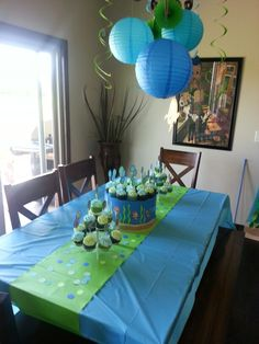 Bubble Guppies Table/Cake Display... I like how she used a paper border to hide cake stand & give extra height to cake! I could use that trick for any treats! These colors are perfect together, too!