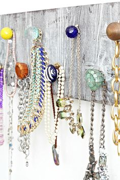 How to Make a DIY Necklace Holder to Organize Your Jewelry! Beautiful DIY project to keep your necklaces organized! This is a great idea, turning a thrifted sign and knobs into a DIY necklace holder! This could work for farmhouse OR modern home decor! Diy Necklace Holder, Necklace Hanger, Jewelry Holder, Diy Simple, Easy Diy, Marimekko, Crafts To Make, Diy Crafts, Upcycled Crafts