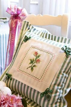 Design : Gerlinde Gebert Shop: www.de use pices of embroidery from linens to make pillows Sewing Pillows, Diy Pillows, Decorative Pillows, Cushions, Throw Pillows, Pillow Ideas, Hand Embroidery, Embroidery Designs, Sewing Crafts