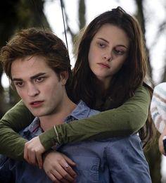 Twilight - Edward Cullen & Bella Swan (Robert Pattinson and Kristen Stewart) Twilight Edward, Film Twilight, Die Twilight Saga, Twilight 2008, Funny Twilight, Twilight Pics, Edward E Bella, Edward Cullen, Billy Burke