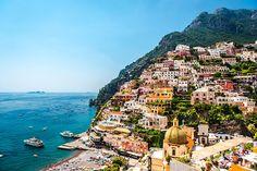 Positano-Amalfikust. Het kleurrijke en schilderachtige Positano is spectaculair gelegen op een rots. Langs de kust loopt een brede boulevard en vanaf daar gaan, in plaats van straatjes, vrijwel alleen maar (steile) trappetjes het dorp in. Met een gemiddelde portemonnee is een verblijf hier geen aanrader, Positano is vooral geliefd onder de 'rich and famous'. Maar een dagje bezoeken, is zeker een aanrader.