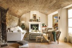Una luminosa casa in pietra in Spagna. - Charme and More Fancy Living Rooms, Classic Living Room, Living Room Modern, Living Room Decor, Small Living, Old Stone Houses, Mediterranean Decor, Living Room Pictures, Beautiful Interiors