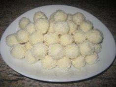 Deze Raffaello bonbons zijn populaire, overheerlijk en ze zien er ook nog eens heel leuk uit. Ze worden gemaakt van kokos en hazelnoten (of amandelen).
