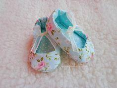 Sapatinho de bebê em tecido -  Riquezinha Ateliê - https://www.facebook.com/Riquezinhaatelie/
